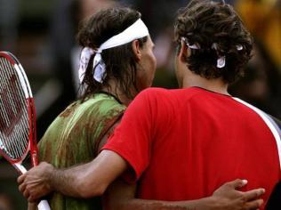 Roland-Garros 2005. Nadal est désormais numéro 5 mondial. En demi-finales, il croise la route de Roger Federer. C'est le choc du tournoi. Le premier de leurs cinq duels à Paris. L'Espagnol remporte le premier set, cède le deuxième, mais il l'emporte finalement en quatre manches.