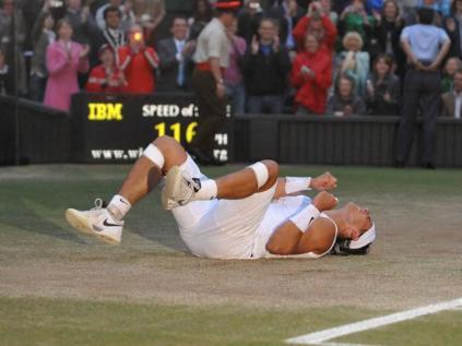 Après quasiment cinq heures de pur bonheur tennistique, Nadal fait chavirer le maitre des lieux, quintuple tenant du titre. 9-7 au cinquième set à la nuit tombante. Un joyau de match, de ceux qui ne perdent rien de leur force avec le temps.