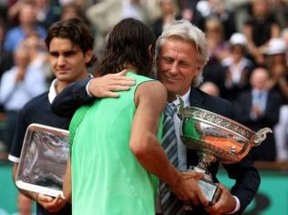 Trois géants sur un même cliché. Après sa victoire expéditive contre Federer, Nadal reçoit sa quatrième Coupe des Mousquetaires des mains de Bjorn Borg qui détient alors, encore, le record de victoires à Paris...