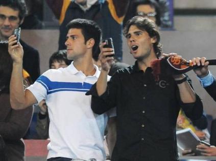 En marge du Masters 1000 de Rome, Nadal et Djokovic se retrouvent au Stadio Olimpico pour assister à un match de la Roma. Moment de détente. Ils allaient ensuite s'affronter en finale, avec une victoire de Nadal 7-6, 6-2.