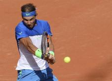 El tenista español Rafael Nadal devuelve la pelota al uruguayo Pablo Cuevas durante los cuartos de final del torneo de Hamburgo, Alemania hoy 31 de julio de 2015. EFE/Daniel Bockwoldt