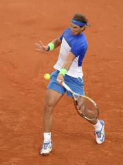 El tenista español Rafa Nadal golpea la bola durante el partido de la segunda ronda del torneo de tenis de Hamburgo disputado contra el checo Jiri Vesely, en Hamburgo (Alemania), hoy, 30 de julio de 2015. EFE/Daniel Bockwoldt