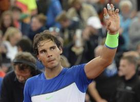 El tenista español Rafael Nadal celebra su victoria ante su compatriota, Fernando Verdasco, durante el partido de primera ronda del torneo de Hamburgo, Alemania, hoy, 28 de julio de 2015. EFE/Daniel Bockwoldt