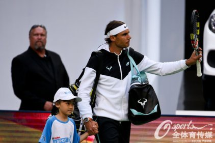 Rafael Nadal arrives on the court prior his match against Tsonga in Shanghai semis