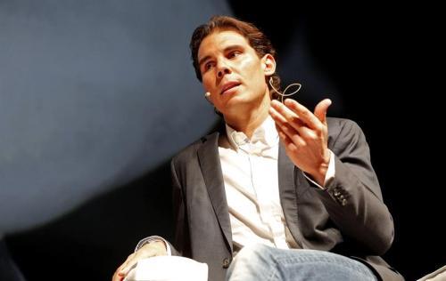 """El tenista Rafa Nadal interviene en el encuentro para clientes del Banco Sabadell """"Conversación sobre nuevos tiempos"""", en el que habla sobre la importancia de la cercanía en un mundo globalizado. EFE/Manuel Bruque"""