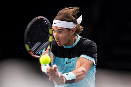 El tenista español Rafael Nadal devuelve la bola al checo Lukas Rosol, durante el partido de segunda ronda del Masters 1.000 de París, Francia, el 4 de noviembre del 2015. EFE/Etienne Laurent