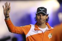 El tenista español Rafael Nadal, del Micromax Indian Aces, saluda a su llegada al partido de la segunda ronda de la Liga Asiática IPTL que se disputa en Manila (Filipinas), hoy, 7 de diciembre de 3015. En esta liga compiten cinco equipos mixtos integrados por tenistas tanto profesionales como retirados. EFE/Mark R. Cristino