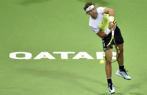 l tenista español Rafael Nadal saca ante el holandés Robin Haase durante la segunda ronda del torneo de tenis de Doha, Catar hoy 6 de enero de 2016. EFE/Stringer