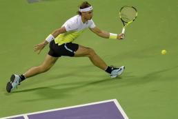 El tenista español Rafael Nadal, durante el partido de primera ronda del torneo de Doha disputado ante su compatriota Pablo Carreño Busta en Qatar, hoy 5 de enero de 2016. EFE/Str