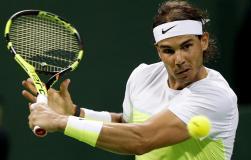 El tenista español Rafael Nadal devuelve al pelota al ucraniano Illya Marchenko durante la semifinal del torneo de tenis de Doha, Catar hoy 8 de enero de 2016. Nadal se impuso por 6-3 y 6-4 y se enfrentará al ganador de la otra semifinal entre el serbio Novak Djokovic y el checo Tomas Berdych. EFE