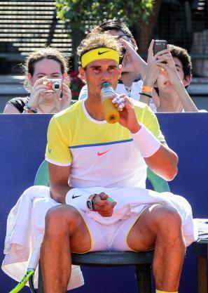 El tenista español Rafael Nadal se hidrata durante en un descanso ante el italiano Paolo Lorenzi hoy, viernes 12 de febrero de 2016, durante un partido por los cuartos de final del torneo ATP de Buenos Aires (Argentina). EFE/David Fernández