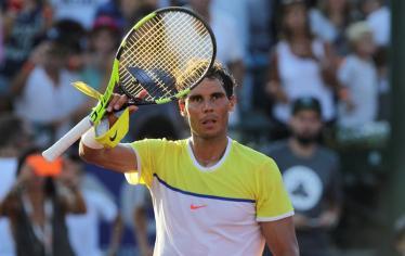 El tenista español Rafael Nadal saluda después de vencer al italiano Paolo Lorenzi hoy, viernes 12 de febrero de 2016, durante un partido por los cuartos de final del torneo ATP de Buenos Aires (Argentina). EFE/David Fernández