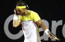 El tenista español Rafael Nadal seca su rostro ante el uruguayo Pablo Cuevas hoy, sábado 20 de febrero de 2016, durante un partido de las semifinales del Torneo Río Open 2016 de tenis en Río de Janeiro (Brasil). EFE/Fernando Maia