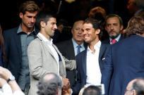 El tenista español Rafael Nadal (d) saluda al tenista serbio Novak Djokovic (i), hoy en el partido de vuelta de las semifinales de la Liga de Campeones que Real Madrid y Manchester City juegan esta noche en el estadio Santiago Bernabéu, en Madrid. EFE/Juan Carlos Hidalgo