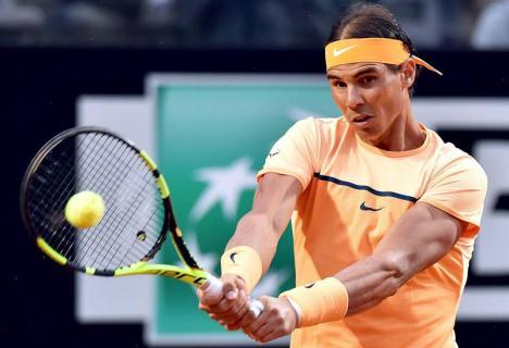 El tenista español Rafael Nadal devuelve la bola al alemán Phillipp Kohlschreiber durante el partido de segunda ronda del Masters 1.000 de Roma disputado en el Foro Itálico de Roma, Italia, hoy, 11 de mayo de 2016. EFE/Ettore Ferrari