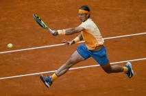 El tenista español Rafa Nadal devuelve la bola ante el británico Andy Murray, durante el partido de semifinales del torneo de tenis de Madrid que se disputa en la Caja Mágica. EFE/JuanJo Martin