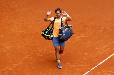 El tenista español Rafa Nadal se retira de la pista tras perder por 7-5, 6-4 contra el británico Andy Murray en el partido de semifinales del torneo de tenis de Madrid que se disputa en la Caja Mágica. EFE/Chema Moya