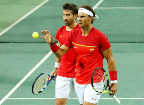 Rafael Nadal (L) and Marc Lopez of Spain prepare to serve during the men's doubles quartefinal match between Lopez/Nadal of Spain and Marach/Peya of Austria of the Rio 2016 Olympic Games Tennis events at the Olympic Tennis Centre in the Olympic Park in Rio de Janeiro, Brazil, 09 August 2016. (España, Brasil, Tenis) EFE/EPA/MICHAEL REYNOLDS