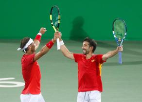 Rafael Nadal (L) and Marc Lopez of Spain celebrate their win at the end of the men's doubles quartefinal match between Lopez/Nadal of Spain and Marach/Peya of Austria of the Rio 2016 Olympic Games Tennis events at the Olympic Tennis Centre in the Olympic Park in Rio de Janeiro, Brazil, 09 August 2016. (España, Brasil, Tenis) EFE/EPA/MICHAEL REYNOLDS