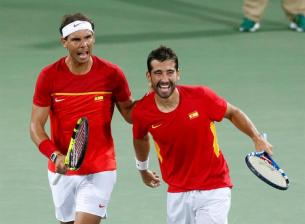 Rafael Nadal (L) and Marc Lopez of Spain celebrate a point during the men's doubles quartefinal match between Lopez/Nadal of Spain and Marach/Peya of Austria of the Rio 2016 Olympic Games Tennis events at the Olympic Tennis Centre in the Olympic Park in Rio de Janeiro, Brazil, 09 August 2016. (España, Brasil, Tenis) EFE/EPA/MICHAEL REYNOLDS