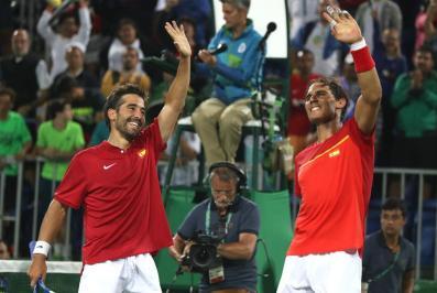 El tenista español Rafael Nadal y su compañero Marc López (i) celebran su victoria ante los argentinos Juan Martín Del Potro y Máximo Gónzalez hoy, lunes 8 de agosto de 2016, durante la competencia de dobles masculino en el marco de los Juegos Olímpicos Río 2016 en Río de Janeiro (Brasil). EFE/FERNANDO MAIA