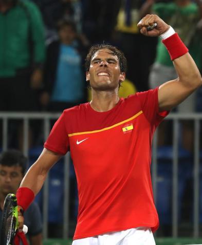 El tenista español Rafael Nadal celebra su victoria ante los argentinos Juan Martín Del Potro y Máximo Gónzalez hoy, lunes 8 de agosto de 2016, durante la competencia de dobles masculino en el marco de los Juegos Olímpicos Río 2016 en Río de Janeiro (Brasil). EFE/FERNANDO MAIA