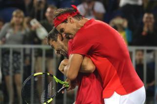 El tenista español Rafael Nadal abraza a su compañero Marc López por su victoria ante los argentinos Juan Martín Del Potro y Máximo Gónzalez hoy, lunes 8 de agosto de 2016, durante la competencia de dobles masculino en el marco de los Juegos Olímpicos Río 2016 en Río de Janeiro (Brasil). EFE/FERNANDO MAIA