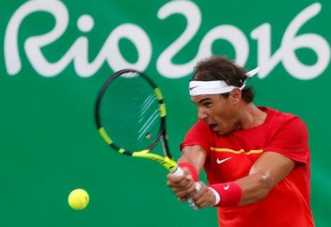 El tenista español Rafael Nadal en acción contra el jugador de Argentina, Federico Delbonis hoy, domingo 7 de agosto de 2016, en el marco de los Juegos Olímpicos Río 2016 en Río de Janeiro (Brasil). EFE/FERNANDO BIZERRA JR