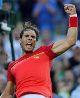 El tenista español Rafael Nadal celebra tras vencer al brasileño Thomaz Bellucci hoy, viernes 12 de agosto de 2016, durante los cuartos de final de las competencias de tenis que se disputan en el Centro Olímpico de Tenis en el marco de los Juegos Olímpicos Río 2016, Río de Janeiro. EFE / Fernando Maia