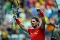 El tenista español Rafael Nadal celebra su victoria ante el tenista Gilles Simon de Francia hoy, jueves 11 de agosto de 2016, en el Centro Olímpico de Tenis en el marco de los Juegos Olímpicos Río 2016 en Río de Janeiro (Brasil). EFE/FERNANDO BIZERRA JR