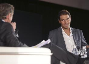 El deportista Rafa Nadal habla sobre la importancia de la cercanía en un mundo cada vez más globalizado, en un encuentro organizado por Banco Sabadell, del que el tenista es embajador, hoy en Zaragoza. EFE/JAVIER CEBOLLADA
