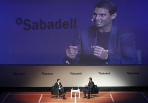 El tenista Rafa Nadal diserta sobre la importancia de la cercanía en un mundo cada vez más globalizado en un encuentro organizado por el banco Sabadell en A Coruña. EFE/Cabalar