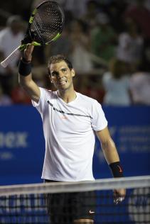 El español Rafael Nadal celebra tras vencer al italiano Paolo Lorenzi hoy, miércoles 1 de marzo de 2017, en un partido del Abierto Mexicano de Tenis, en Acapulco (México). EFE/José Méndez