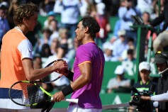 Spain's Rafael Nadal (R) celebrates after victory on German Alexander Zverev after their match at the Monte-Carlo ATP Masters Series tennis tournament on April 20, 2017 in Monaco. / AFP PHOTO / Yann COATSALIOU (April 19, 2017 - Source: AFP)