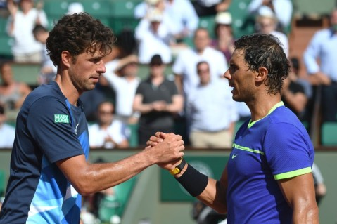 Spain's Rafael Nadal (R) shakes hands with Netherlands' Robin Haase after winning their tennis match at the Roland Garros 2017 French Open on May 31, 2017 in Paris. / AFP PHOTO / Eric FEFERBERG (May 30, 2017 - Source: AFP)