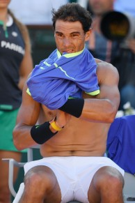 Spain's Rafael Nadal changes his shirt as he plays against Austria's Dominic Thiem during their semifinal tennis match at the Roland Garros 2017 French Open on June 9, 2017 in Paris. / AFP PHOTO / GABRIEL BOUYS (June 8, 2017 - Source: AFP)