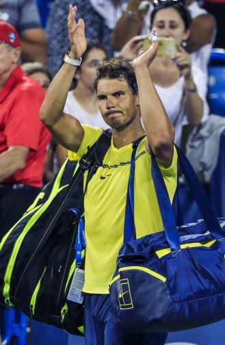 THM97. Mason (United States), 18/08/2017.- Rafael Nadal of Spain applauds the crowd as he leaves the court after being defeated by Nick Kyrgios of Australia during the Western & Southern Open tennis tournament at the Linder Family Tennis Center in Mason, Ohio, USA, 18 August 2017. (España, Abierto, Tenis, Estados Unidos) EFE/EPA/TANNEN MAURY