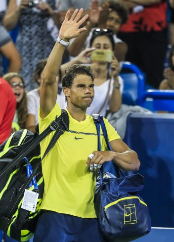 THM99. Mason (United States), 18/08/2017.- Rafael Nadal of Spain waves to the crowd as he leaves the court after being defeated by Nick Kyrgios of Australia during the Western & Southern Open tennis tournament at the Linder Family Tennis Center in Mason, Ohio, USA, 18 August 2017. (España, Abierto, Tenis, Estados Unidos) EFE/EPA/TANNEN MAURY