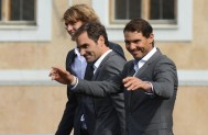 (L to R) German tennis player Alexander Zverev, Swiss tennis player Roger Federer and Spanish tennis player Rafael Nadal greet the audience from the stage ahead of the tennis Laver Cup on September 20, 2017 in Prague, Czech Republic..European players compete against players from the rest of the World during the Laver Cup tournament that runs from from September 22-24. / AFP PHOTO / Michal Cizek