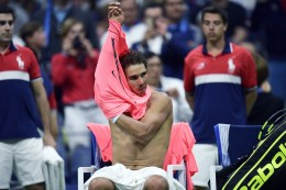 Spain's Rafael Nadal changes a T-shirt during his 2017 US Open Men's Singles match against Argentina's Leonardo Mayer, at the USTA Billie Jean King National Tennis Center in New York on September 2, 2017. / AFP PHOTO / Jewel SAMAD