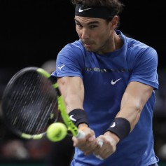 Spain's Rafael Nadal returns the ball to Uruguay's Pablo Cuevas during the 1/8 round at the ATP World Tour Masters 1000 indoor tennis tournament on November 2, 2017 in Paris. / AFP PHOTO / Thomas SAMSON (Nov. 1, 2017 - Source: AFP)