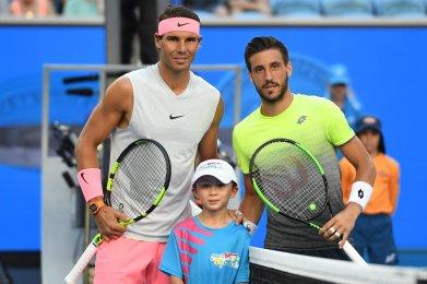 EPA5914. MELBOURNE (AUSTRALIA), 19/01/2018.- El tenista español Rafael Nadal (izq) y el bosnio Damir Dzumhur posan antes de enfrentarse en un partido de tercera ronda del Abierto de Australia de tenis en Melbourne (Australia) 19 de enero de 2018. EFE/ Tracey Nearmy PROHIBIDO SU USO EN AUSTRALIA Y NUEVA ZELANDA