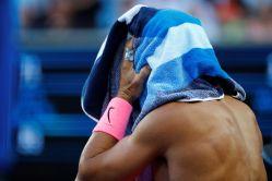EPA5914. MELBOURNE (AUSTRALIA), 19/01/2018.- El tenista español Rafael Nadal se cubre la cabeza con una toalla tras un juego contra el bosnio Damir Dzumhur durante su partido de tercera ronda del Abierto de Australia de tenis en Melbourne (Australia) 19 de enero de 2018. EFE/NARENDRA SHRESTHA