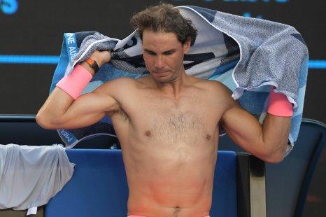 EPA5914. MELBOURNE (AUSTRALIA), 19/01/2018.- El tenista español Rafael Nadal descansa tras un juego contra el bosnio Damir Dzumhur durante su partido de tercera ronda del Abierto de Australia de tenis en Melbourne (Australia) 19 de enero de 2018. EFE/Tracey Nearmy PROHIBIDO SU USO EN AUSTRALIA Y NUEVA ZELANDA