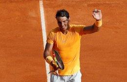 EPA6550. ROQUEBRUNE CAP MARTIN (FRANCIA), 18/04/2018.- El tenista español Rafa Nadal celebra su victoria ante el eslovaco Aljaz Bedene tras el partido que enfrentó a ambos en la segunda ronda del Master 1.000 ATP de Montecarlo celebrado en Roquebrune Cap Martin en Francia hoy, 18 de abril de 2018. Nadal inició la conquista de su undécimo título en Montecarlo con una victoria ante el esloveno Aljaz Bedene, por 6-1 y 6-3 en 78 minutos. EFE/ Sebastien Nogier