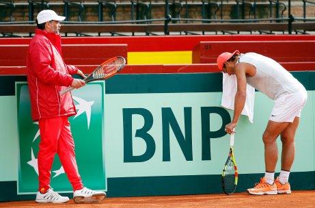GRAF4535. VALENCIA, 02/04/2018.- El jugador del equipo español de Copa Davis y nuevo número uno de la clasificación ATP, Rafa Nadal (d), se toma un descanso en presencia del capitán, Sergi Bruguera (i), durante el entrenamiento realizado hoy en la pista de la plaza de toros de Valencia para preparar la eliminatoria de cuartos de final de esta competición ante Alemania que se disputará del 6 al 8 de abril. EFE/Kai Försterling