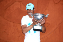 Rafael Nadal poses with his Roland Garros trophy 2018 (1)