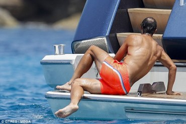 Shirtless Rafael Nadal joined by friends on holiday in Spain 2018 (4)