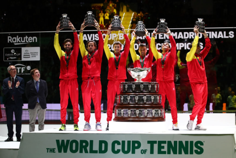 MADRID, SPAIN - NOVEMBER 24: (L-R) Marcel Granollers, Feliciano Lopez, Pablo Carreno Busta, Roberto Bautista Agut, Rafael Nadal and team captain Sergi Bruguera celebrate with the trophy following their victory over Canada during Day Seven of the 2019 Davis Cup at La Caja Magica on November 24, 2019 in Madrid, Spain. (Photo by Clive Brunskill/Getty Images)